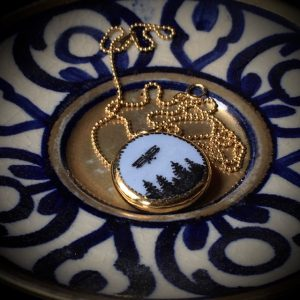pendentif narratif porcelaine