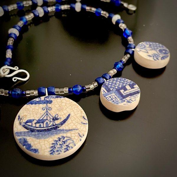 collier belisame creation faïence decor bleu et blanc